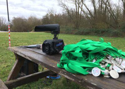 camera naast medailles bij een evenement voor de videograaf