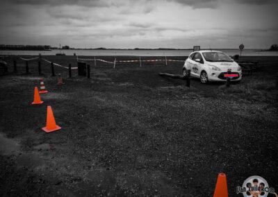 Auto geparkeerd langs een pad voor reclame bij een evenement videograaf